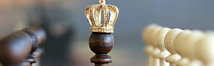 Een schaakstuk met een kroontje