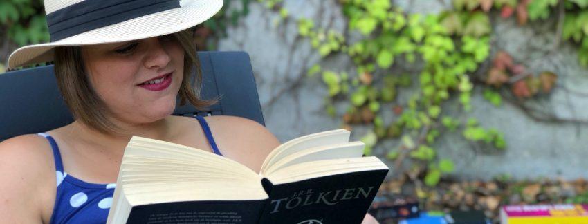 Laura Schoenmakers leest een boek