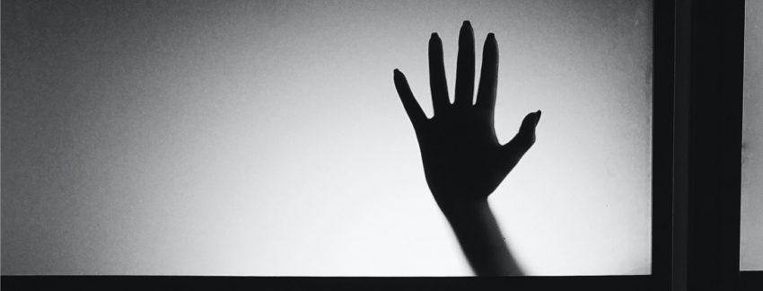 Zwart-wit foto van een hand.