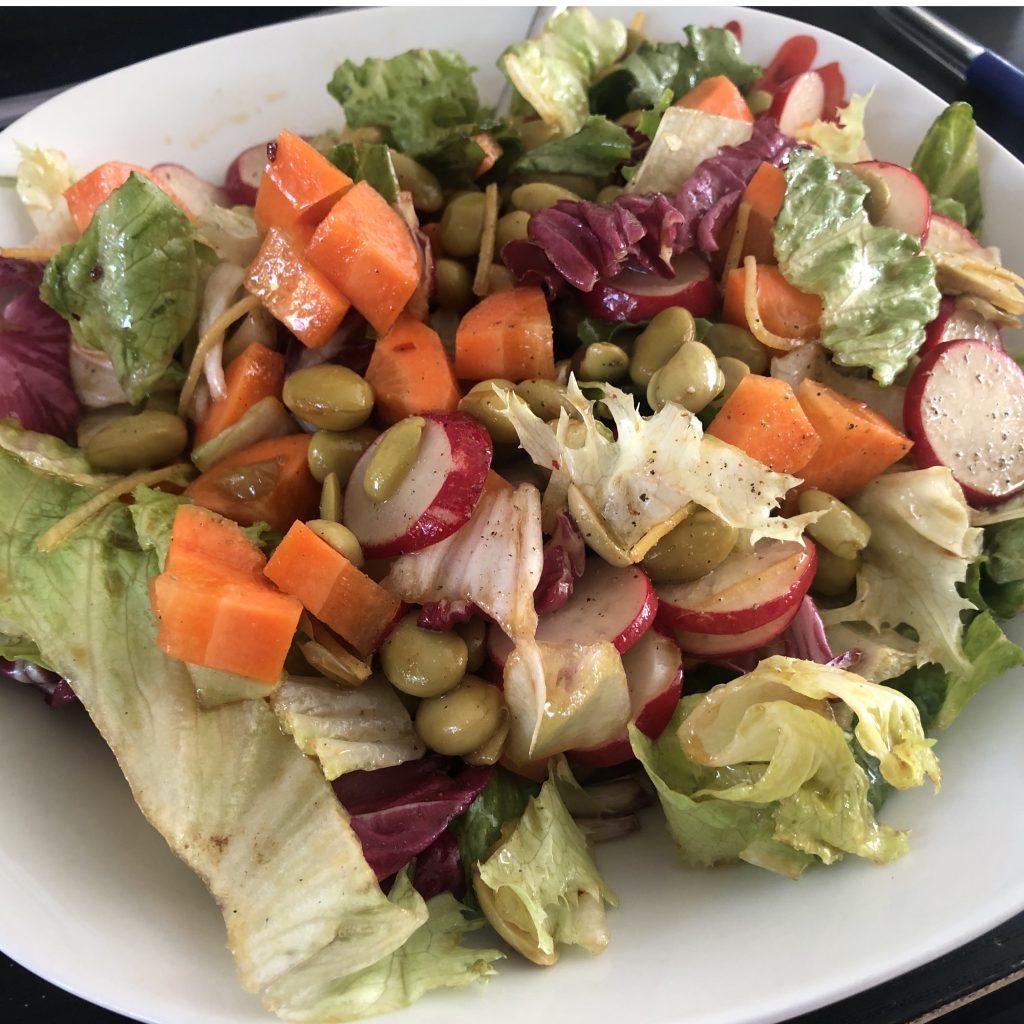 Lunchsalade met edamame en radijs
