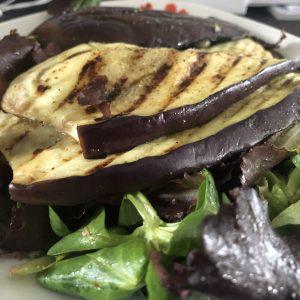 Lunchsalade met gegrilde aubergine en gerookte kip