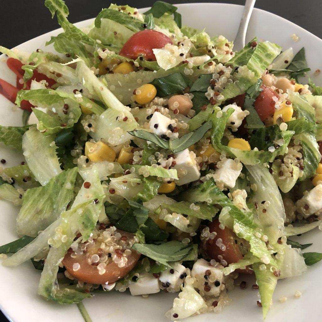 Lunchsalade met quinoa, mais en kikkererwten