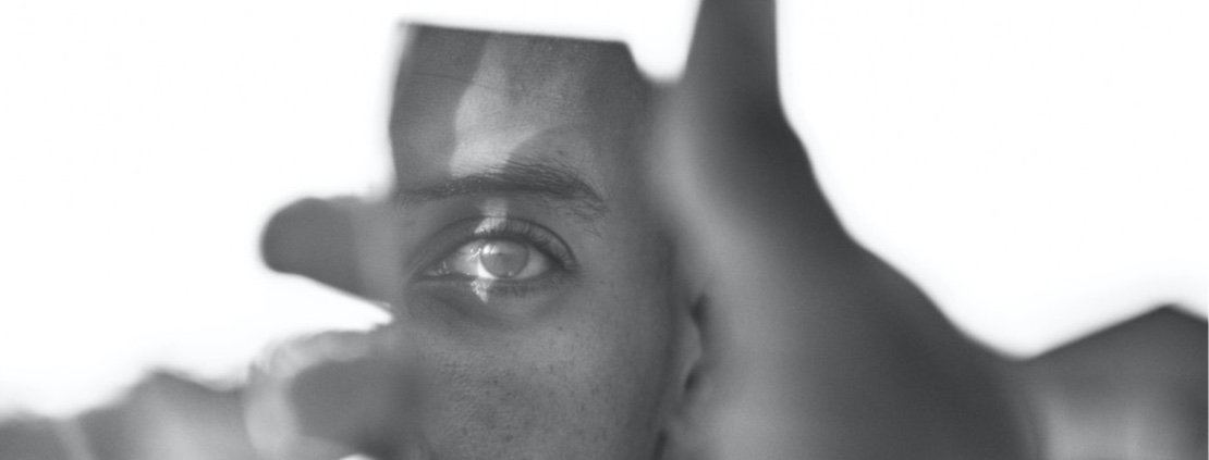 Een spiegel voorhouden